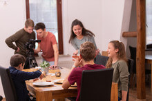 Eine Gruppe Jugendlicher arbeitet beim Filmdreh für den Missionsgottesdienst mit.