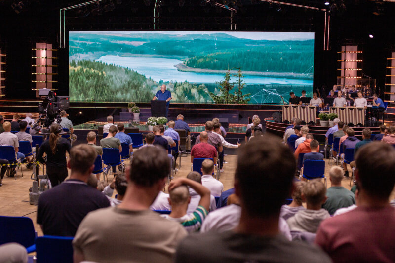 Vor den Gottesdiensten im Versammlungssaal wird jeder Teilnehmer getestet und sitzt auf Abstand.